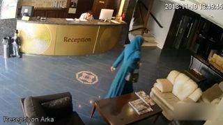Otel lobisinde ilginç hareketler yapan kadın