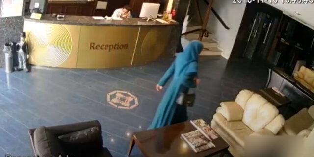 Otel lobisinde ilginç hareketler yapan kadın kamerada