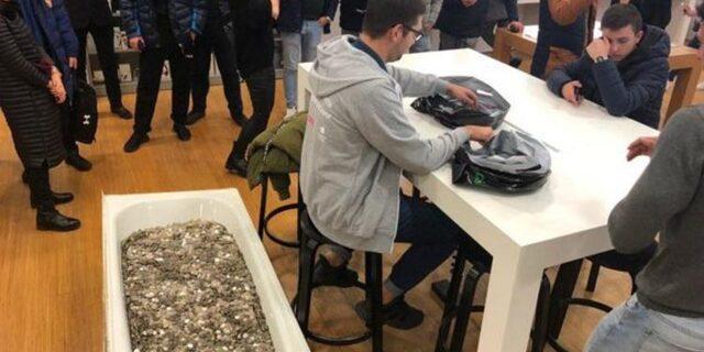 Rusya'da eşi benzeri görülmemiş olay! Küvet dolusu bozuk parayla iPhone XS satın aldı