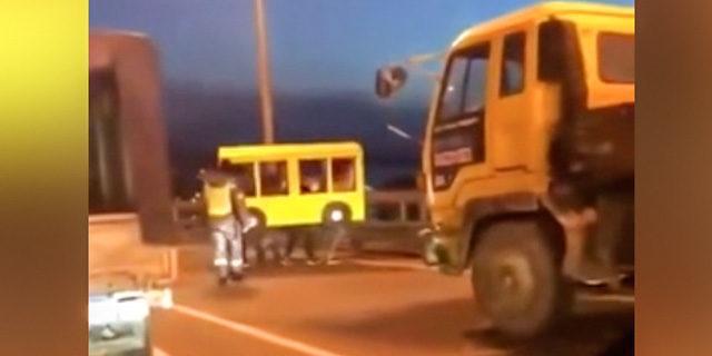 Köprüden geçmek için otobüs kostümü giydiler