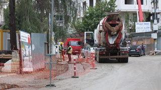Önlem alınmadı, 2 kadın kurumamış betona bastı!