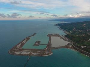 Ulaştırma ve Altyapı Bakanlığı'nca, Rize'nin Pazar ilçesi Yeşilköy'de, 766 hektarlık alanda projelendirilen ve temeli 3 Nisan 2017 tarihinde, Cumhurbaşkanı Recep Tayyip Erdoğan tarafından atılan Türkiye'nin deniz dolgusuna inşa edilecek 2'nci havalimanı Rize-Artvin Havalimanı'nda deniz dolgusuna devam ediliyor. 120 kamyon ve 2 hafriyat gemisi ile gece-gündüz aralıksız malzeme taşınan alanda, denize 14,5 milyon ton taş döküldü.