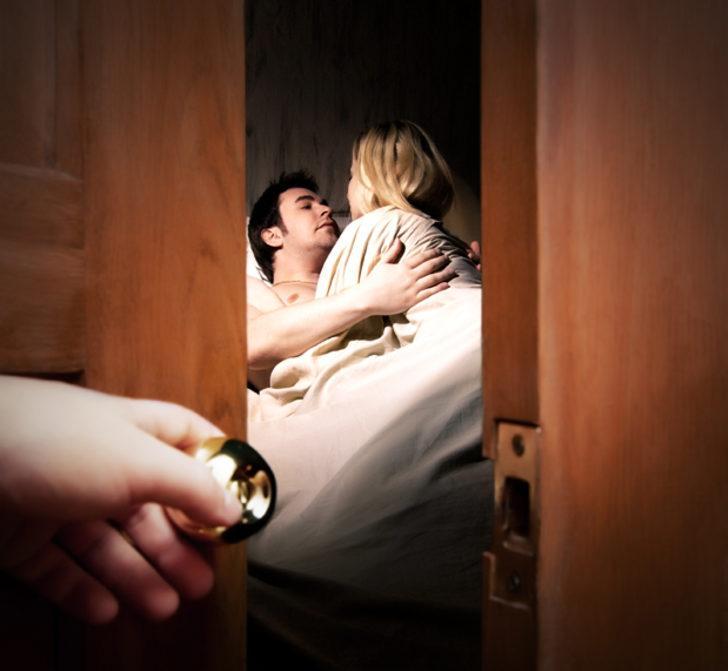 Cuma günü saat 18:45'e dikkat! Eşiniz sizi aldatıyor olabilir