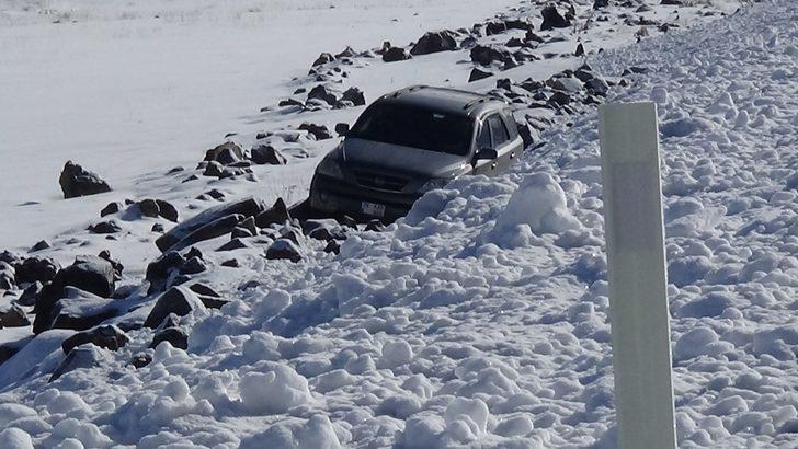 Kars'ta buz tutan yolda kayan otomobil şarampole düştü