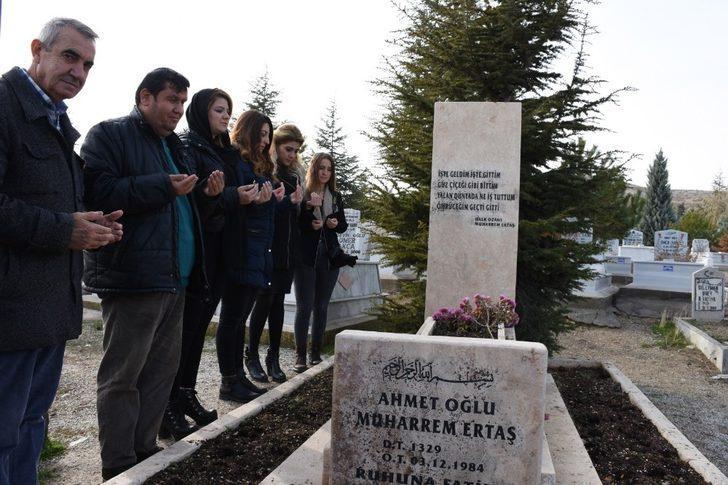 Halk ozanı Neşet Ertaş'ın babası Muharrem Ertaş, ölümünün 34. yılında mezarı başında anıldı