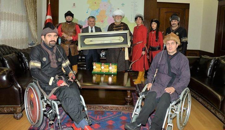 Atlı okçular Vali Yazıcı'yı ziyaret etti
