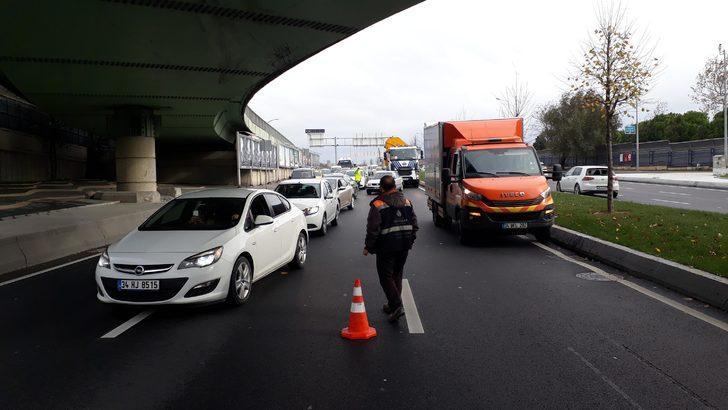 Ek fotoğraflar/ Florya'da üst geçide çarpan TIR'ın dorsesi yola devrildi
