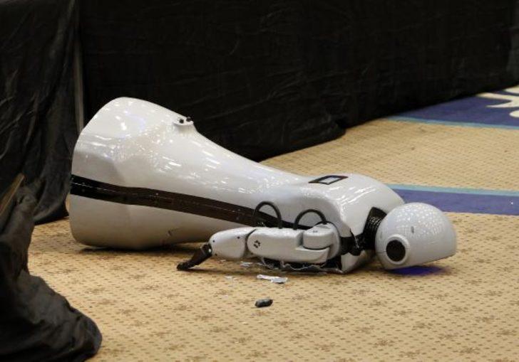 İnsansı robot 'Mini Ada'nın üreticisinden Twitter açıklaması: Müziğin ritmine kapıldı, sağlık durumu iyi