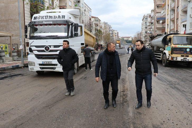 Caddelere elektrikli otobüs bakımı