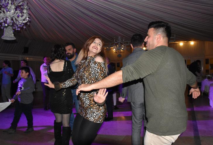 İranlı turistler yeni yıla Van'da dans ederek girdi