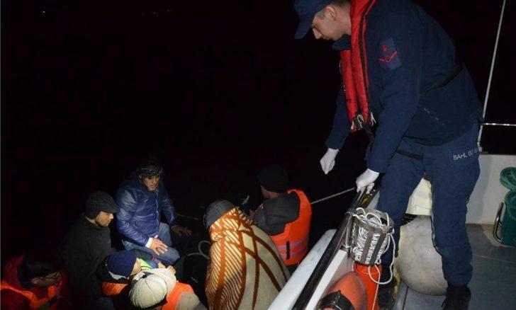 Ayvalık'ta botu sürüklenen kaçaklar kurtarıldı