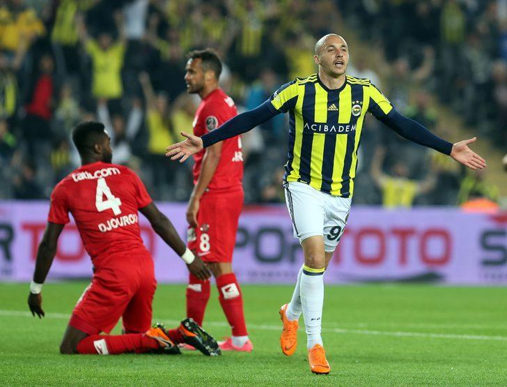 Fenerbahçe'de eski performansına ulaşamayan Aatıf, bu sezon Sportif Direktör Damien Comolli'nin talimatı sonucunda süresiz kadro dışı bırakıldı.