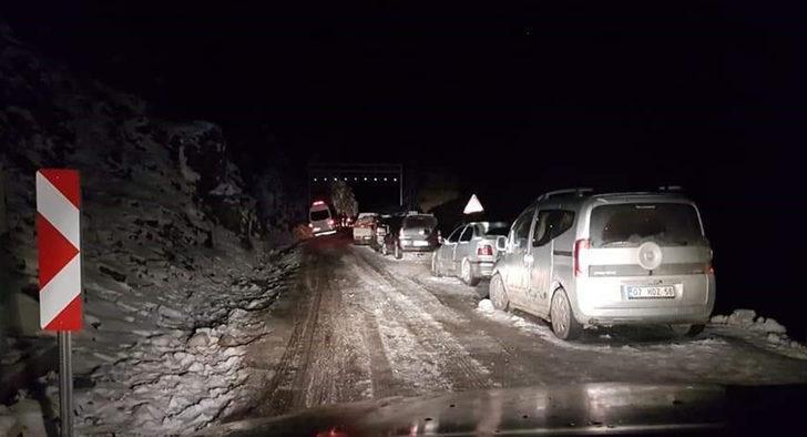 Alanya'da kardan ulaşıma kapanan yol, 4 saat sonra açıldı