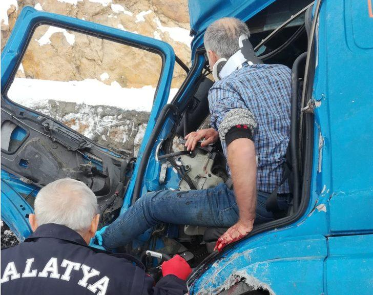 Malatya'da kamyon ile TIR çarpıştı: 2 sürücü yaralı