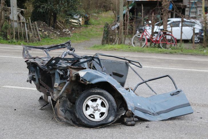 Kazada ikiye bölünen otomobilin genç sürücüsü öldü