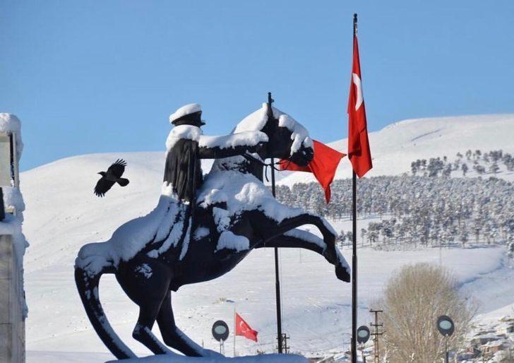 Sarıkamış'ta kar hayatı olumsuz yönde etkiledi