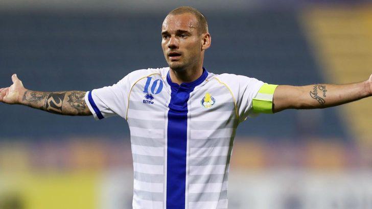 """Dünya devlerinde oynadıktan sonra Galatasaray'a gelen ve Sarı-Kırmızılı kulüp'ten Katar'ın Al Ghafara ekibine transfer olan Sneijder'in takımından ayrılmak istediği öğrenildi. Bunun üzerine, ara transfer döneminde kadrosunu genişleterek şampiyonluğa oynamak isteyen Adana Demirspor'da yeni bir gelişme yaşandı. Hollandalı yıldızı arayarak ikna turlarına başlayan teknik direktör Yılmaz Vural'ın, """"Seni takımımda çok istiyorum. Buraya gel, kral ol. Taraftar seni baştacı yapar"""" ifadelerini kullandığı iddia edildi. (FANATİK)"""