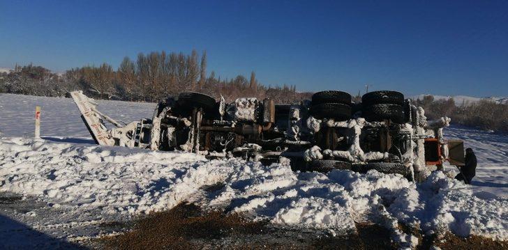 Karayolu aracı yan  yattı, 2 işçi  yaralandı