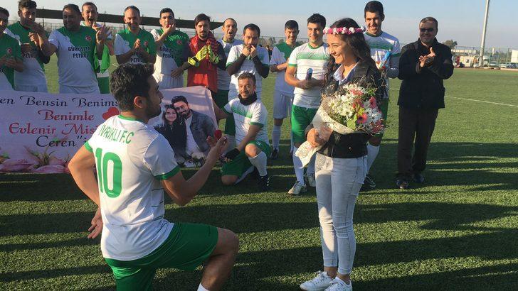Futbolcudan kız arkadaşına sahada evlenme teklifi