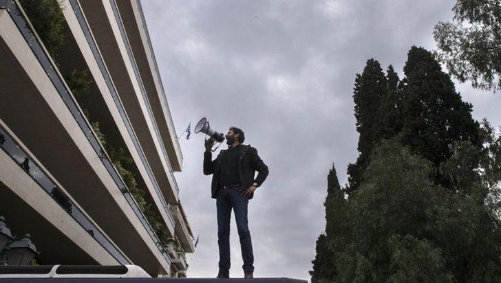 Yunanistan'da büyük şok! Canlı yayında devlet televizyonunu işgal ettiler