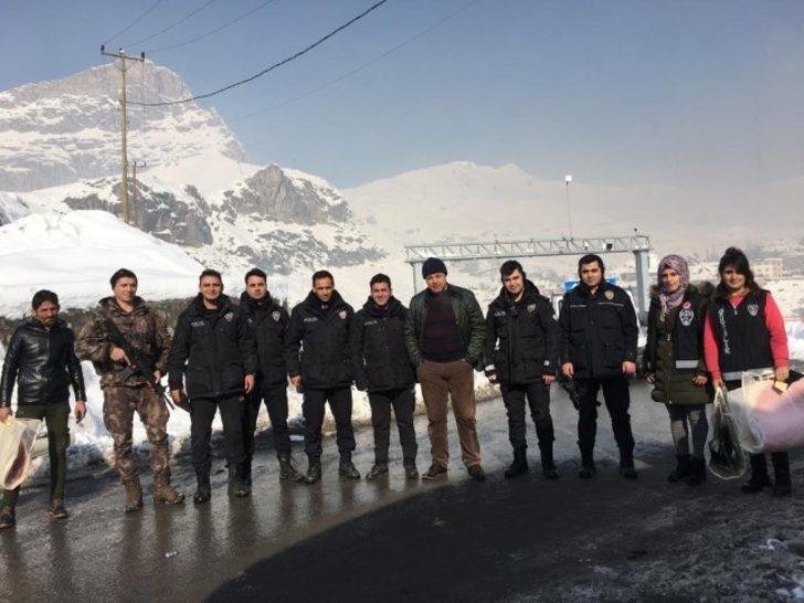 09df35d53c3d5 Hakkari'deki üs bölgelerde görev yapan polislere kışlık kıyafet dağıtıldı