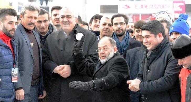 Eski Sağlık Bakanı Recep Akdağ'ın renkli görüntüleri! Kızak kaydı, kartopu oynadı