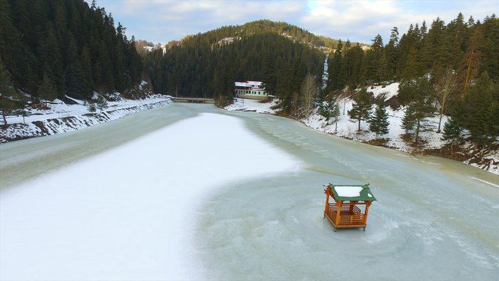 Ayancık ilçesi sınırlarında yer alan Akgöl Tabiat Parkı'nda bulunan Akgöl'ün yüzeyi, buzla kaplandı. ile ilgili görsel sonucu