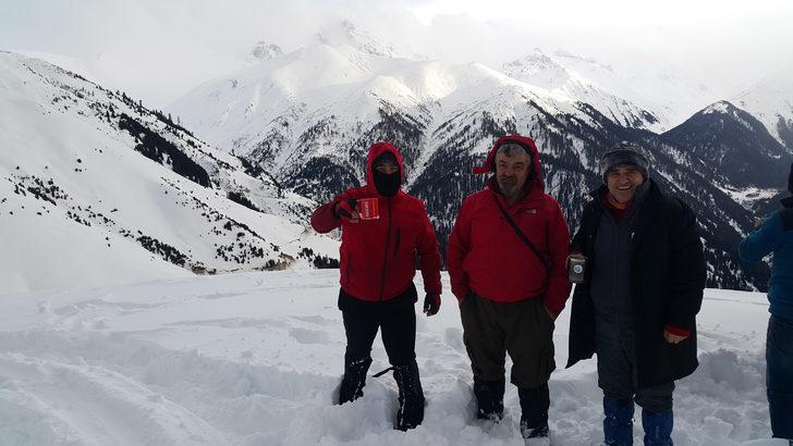 Karadeniz'de 877 köy yolu kardan kapandı