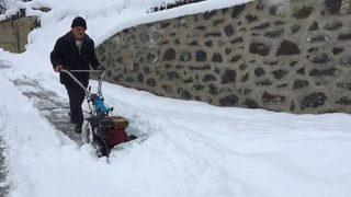 Ot biçme makinesiyle kar küredi!