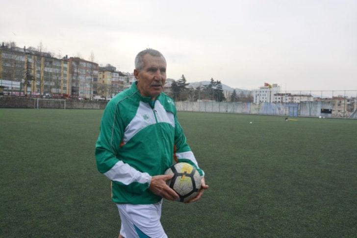 Forvet hattında oynayan Kunt, ilk antrenmanında gençlere de taş çıkarttı. Top sektirip, şut çeken Şerif Kunt, 16 yaşındaki futbolcularla düz koşu yaptı. Trabzon doğumlu olduğunu anlatan Kunt, 55 yıllık futbol hayatının olduğunu ifade etti.