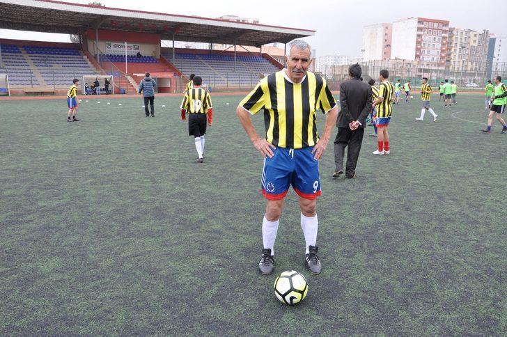 """Gençlere önem vermenin gerektiğini de dile getiren Şerif Kunt , """"Gençler bizim her şeyimiz. 35 yıllık kulüpçülük hayatımda ne mutlu ki genç kardeşlerimle sahalardayız. Kızıltepe Gençlerbirliği ve genç arkadaşlarıma teşekkür ediyorum. Mardin'de bulunmaktan dolayı çok mutluyum. Hedefim Türkiye'nin ve dünyanın en yaşlı amatör futbolcusu olmak. Şu an Guinness'de rekor 56 yaş ile İtalyanların elinde. Aramızda 14 yaş farkı var ama 14 yıl sonra bu rekora imza atmak bizlere gurur verir. Gençlere tavsiyem sigara ve alkolden uzak durmaları. Yiyeceklerimi de dikkat ediyorum. En önemlisi erken uyuyup, erken kalkıyorum. Enerji veren gıdalar ile organik besleniyorum"""" diye konuştu."""