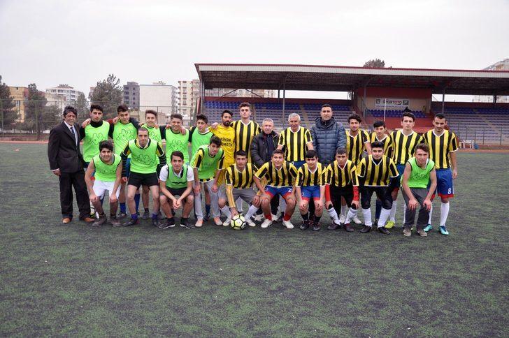 """70 yaşındaki Şerif Kunt'un transferini gerçekleştirilen Mardin Amatör Futbolcular Derneği Başkanı Ziya Özkan, """"Şerif bey bizleri kırmayıp Mardin'i tercih ettiği için kendisine teşekkür ediyorum. Bir çok talep vardı kendisine, Hakkari'den tutun Edirne'ye varana kadar. Türkiye'nin dört bir yanından takımlarına almak istiyorlardı. Bizi tercih etti, Mardinli gençlerin yanında yer aldı. 90 dakika boyunca 70 yaşında olmasına karşın sahada yer alıyor. Spor bilim insanları, akademisyenler bu konuda inceleme yapmalı"""" ifadelerinde bulundu."""