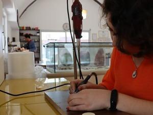 Bodrum'da yaşayan Ayşe Abuşoğlu (38), anne sütü ve bebeğin ilk saç tellerinden yaptığı tasarımları sanat eserine dönüştürüyor. Müşterilerinin talepleri doğrultusunda farklı tasarımlara da imza atan Abuşoğlu son olarak kanla yüzük, bileklik ve kolyeler de tasarlamaya başladı.