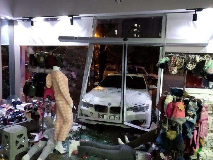 Sürücü gaza fazla yüklenince otomobil mağazaya girdi