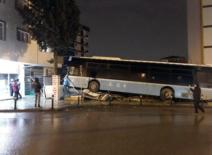 Halk otobüsünün direğe çarparak yaptığı kaza kamerada