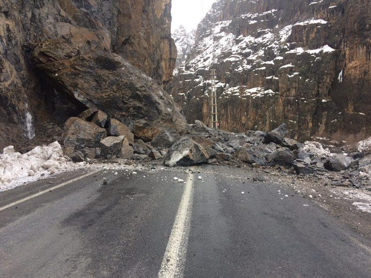 Hakkari- Çukurca yoluna kaya parçaları düştü