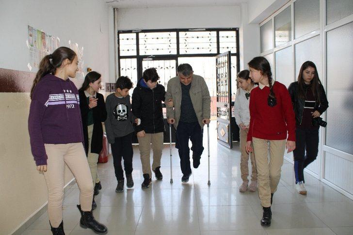 Fedakar öğretmen rapor almadı öğrencilerine koştu