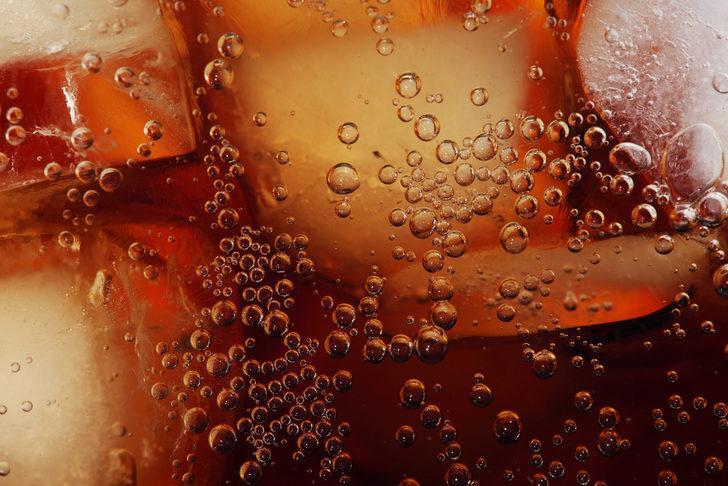 Bir bardak asitli içecek tükettiğinizde 60 dakika içinde vücudunuzda bakın neler oluyor