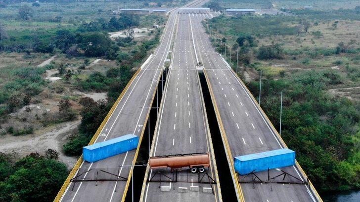 Venezuela krizi: İnsani yardımın geleceği yollar tankerler ve konteynerlerle kesildi