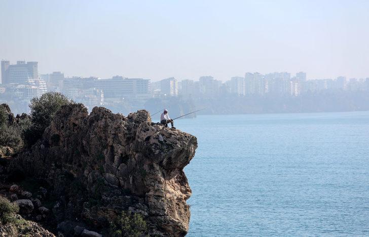 Antalya'da tehlikeli anlar! Gün boyu ayrılmadı
