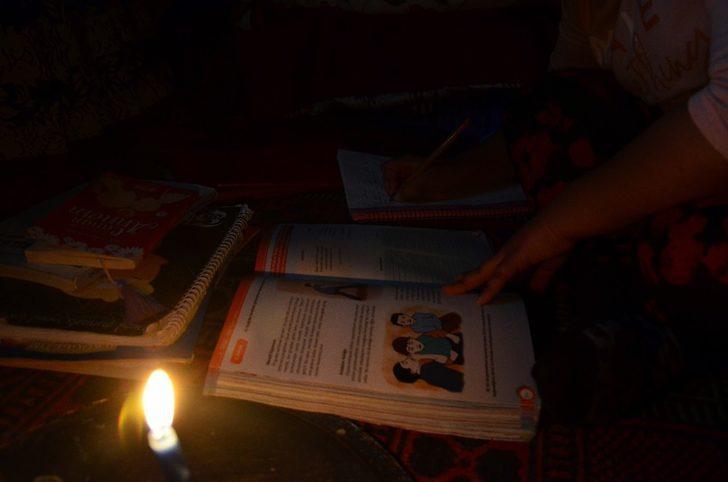 Mum ışığında ders çalışan Sude Naz'ın dramı ile ilgili görsel sonucu