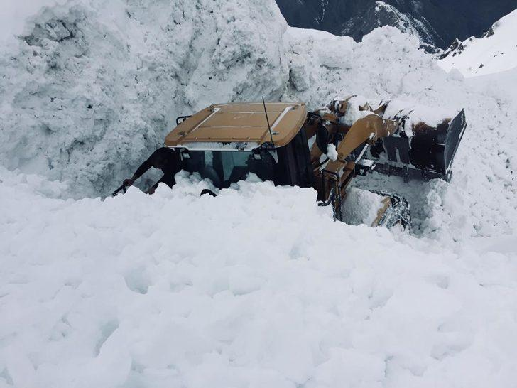 Yüksekova'da zorlu karla mücadele çalışması