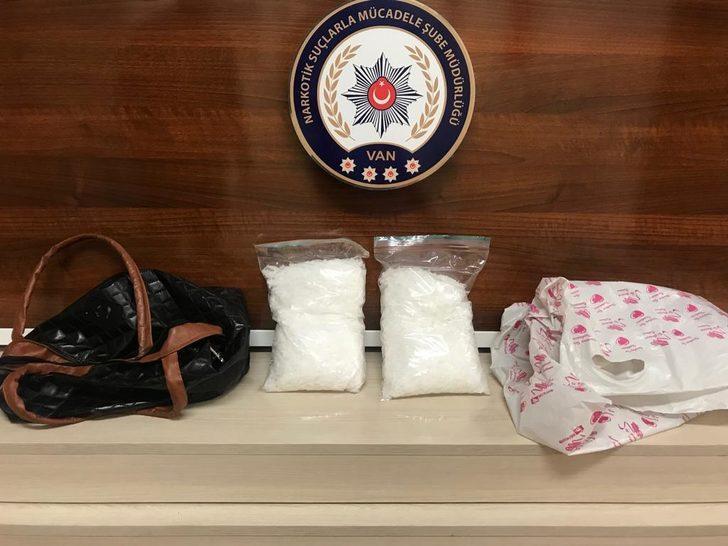Kadın çantasından 1 kilo metamfetamin çıktı