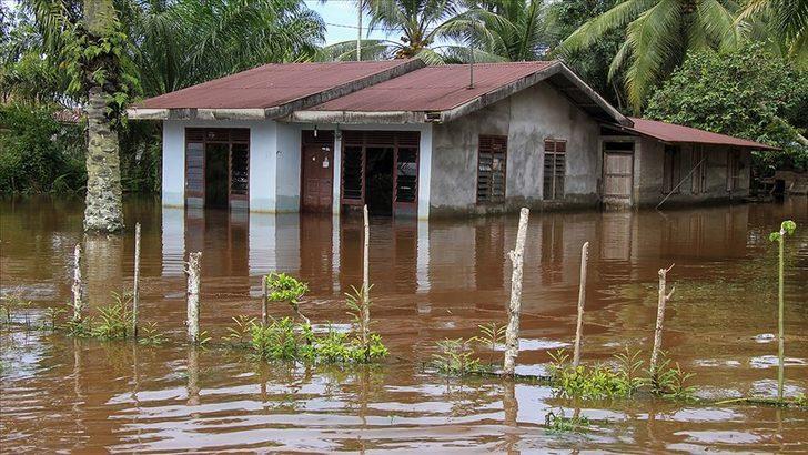 Endonezya'da sel: 20 ev zarar gördü, 2 kişi ölü
