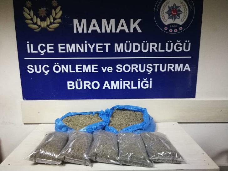 Öğrencilere satacakları uyuşturucu ile yakalandılar