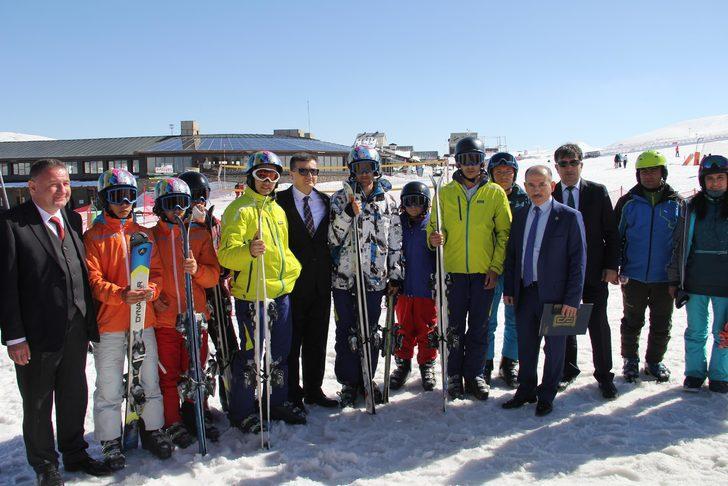 Denetimli serbestlikten yararlanan 7 çocuğa kayak eğitimi