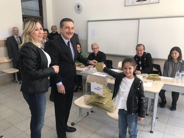 Başkan Ataç eşi ve kızı ile birlikte sandık başına gitti