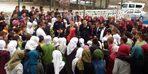 Kavga ihbarı yapılan okulda polislere çiçekli sürpriz kutlama