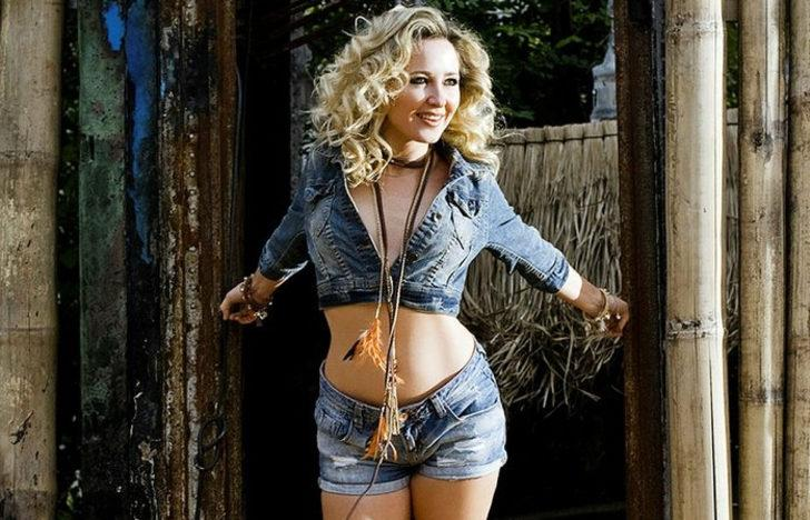 Ünlü şarkıcı Pınar Aylin baston kullanıyor!