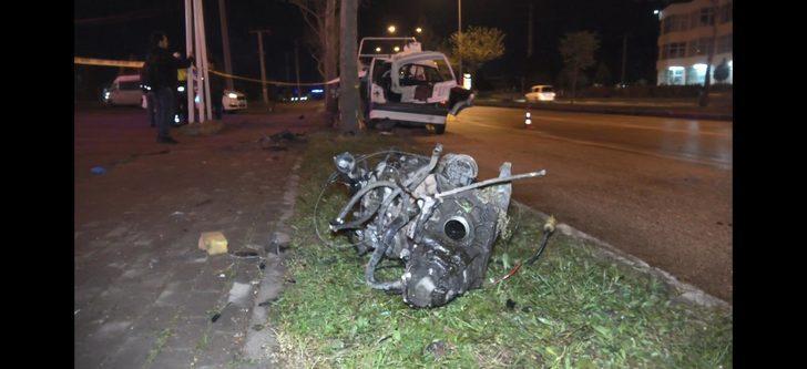 Ağaca çarpan otomobil 3'e bölündü, dayı-yeğen öldü